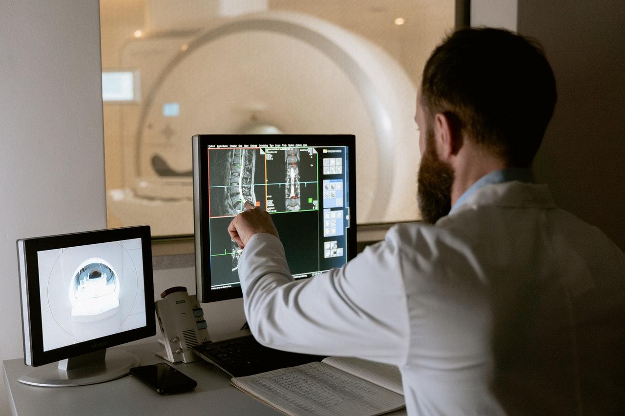 Un radiologue